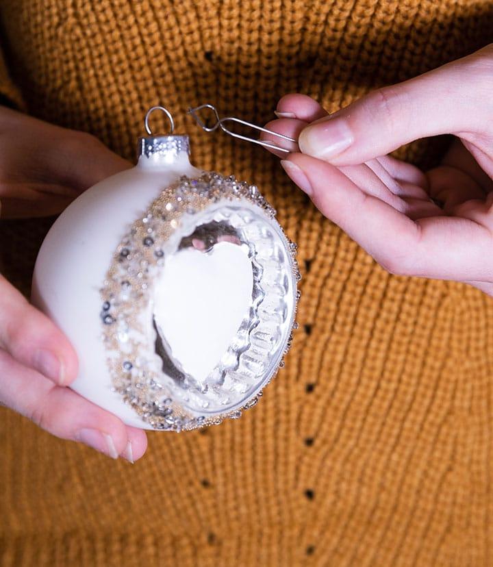 Schritt 1: so befestigt ihr den Clip Fix Aufhänger an eurer Weihnachtskugel.