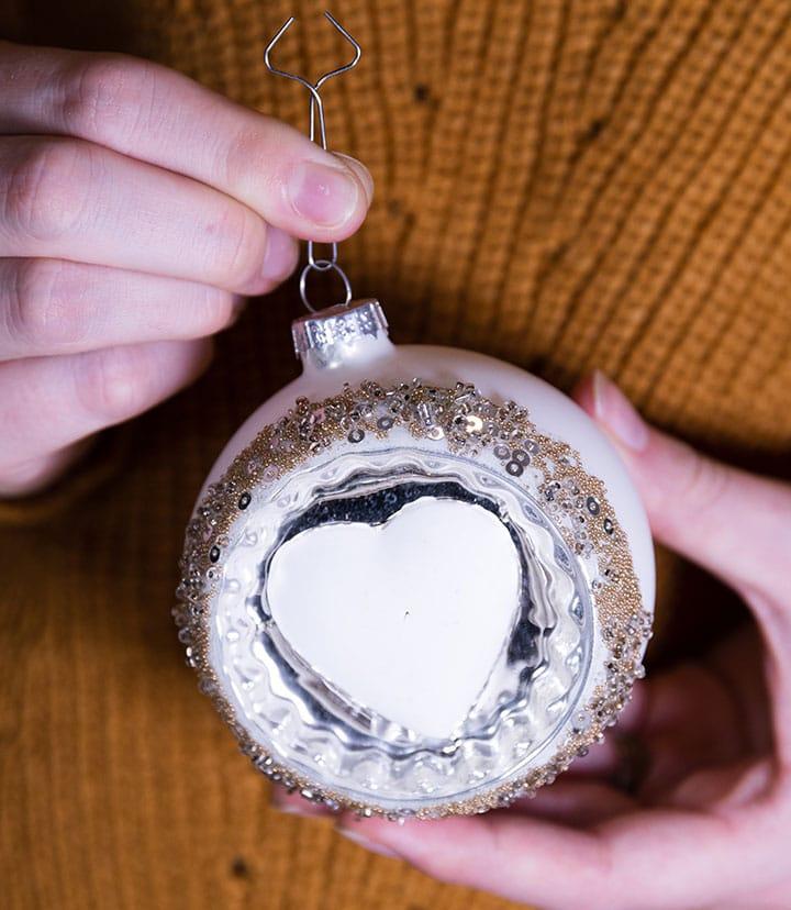 Schritt 2: so verwendet ihr den Clip Fix Aufhänger, um die Weihnachtskugel richtig an den Baum zu hängen.