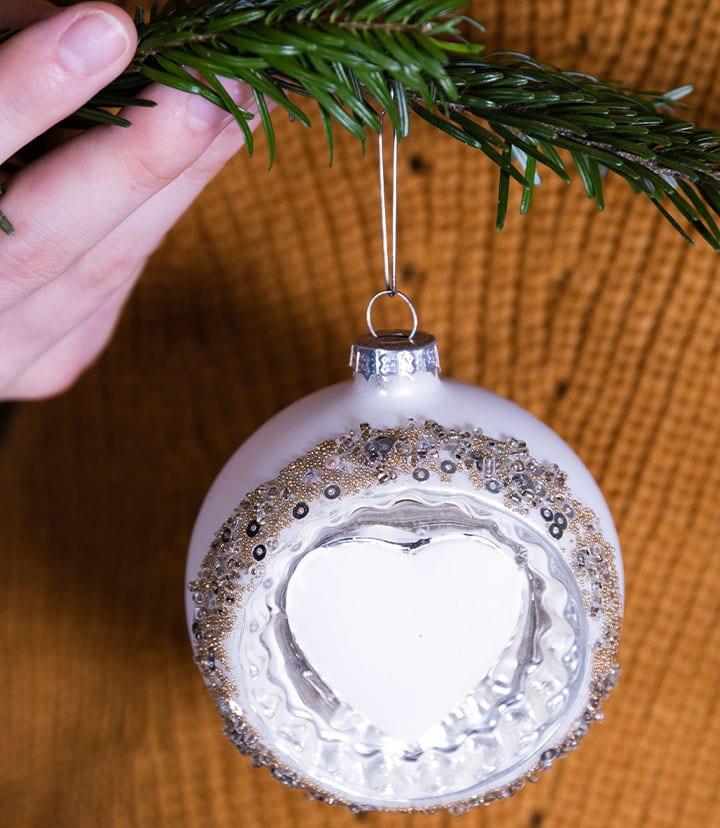 Schritt 3: so hängt die Weihnachtskugel mit Clip Fix Aufhänger sicher an eurem Baum.