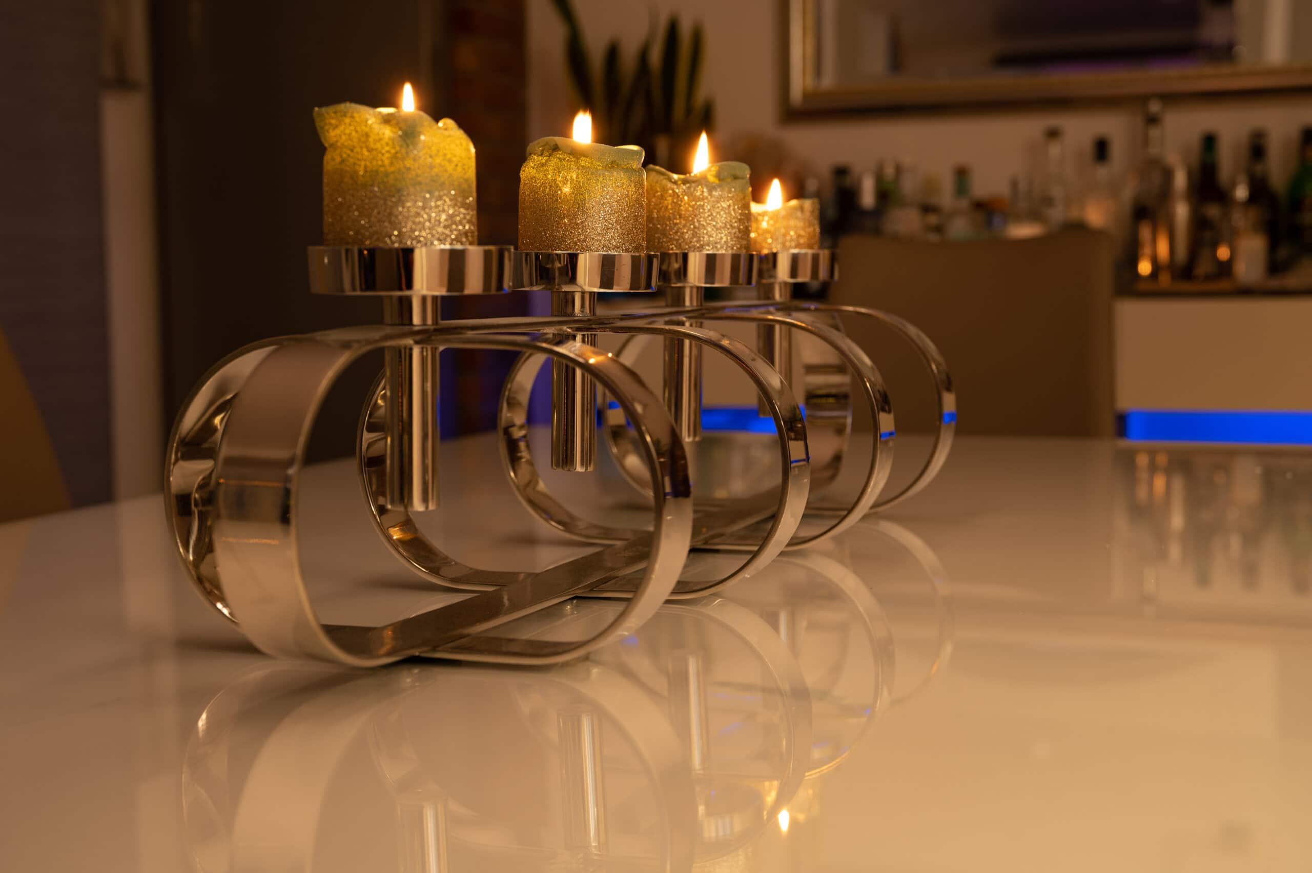 """Der große, moderne Adventskranz-Kerzenständer """"Gorden"""" von Fink auf dem Esszimmertisch."""